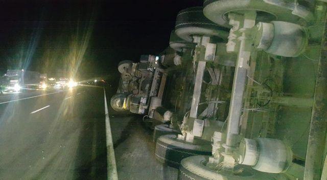 Afyonkarahisar'da aşırı rüzgardan 6 araç devrildi