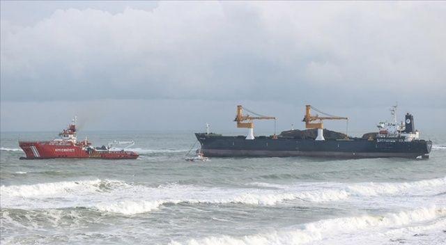 Beykoz'da makine arızası nedeniyle demir atan kargo gemisi Ahırkapı'ya götürüldü