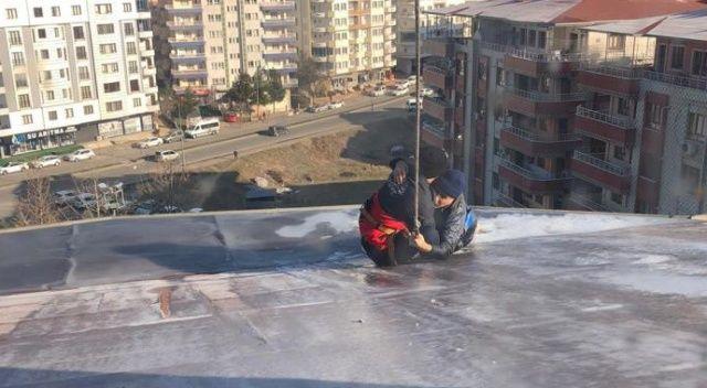 Çatıda 1,5 saat kurtarılmayı bekledi: Yağmur suyu oluğuna tutundu