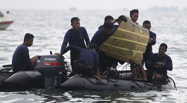 Endonezya'da yolcu uçağı denize düşerken parçalanmış