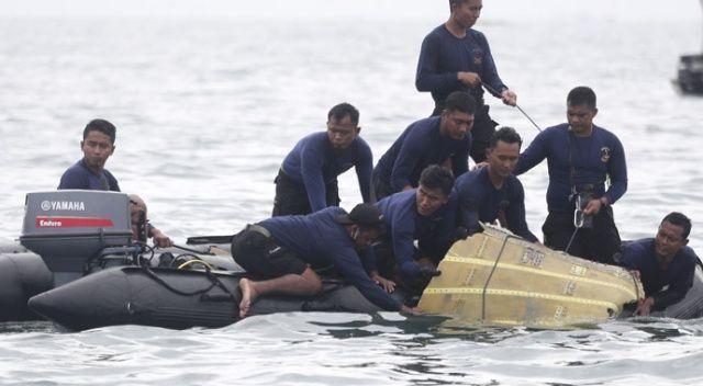 Endonezya'da yolcu uçağının düştüğü bölgede arama kurtarma çalışmaları sürüyor