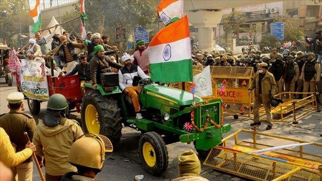 Hindistan'da protestocu çiftçiler, Yeni Delhi dışındaki protesto kamplarına geri döndü