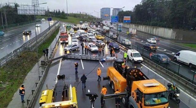 İstanbul'da yön tabelasın yola devrildi! Trafik kilit
