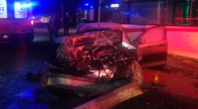 İzmir'de feci kaza! Otomobil otobüse çarptı: 2 yaralı