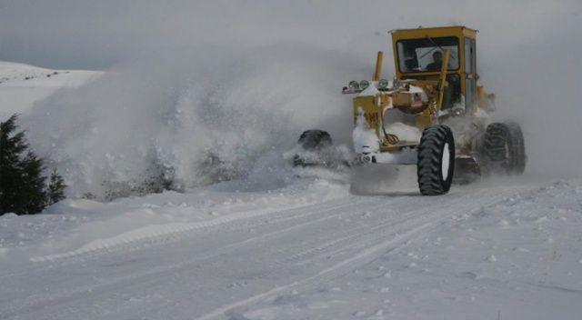 Kar kalınlığı 1 metreyi aştı: Ekiplerin zorlu yol açma çalışması
