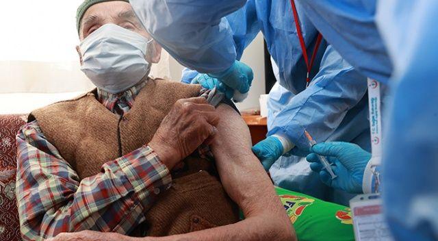 Koca, 85 yaş ve üstündekilerin evlerinde Covid-19 aşısı olduğu anları paylaştı