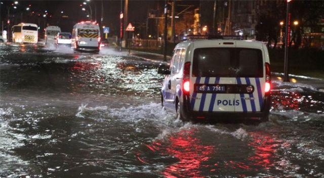 Manisa'da sağanak yağış etkisini artırdı, araçlar mahsur kaldı