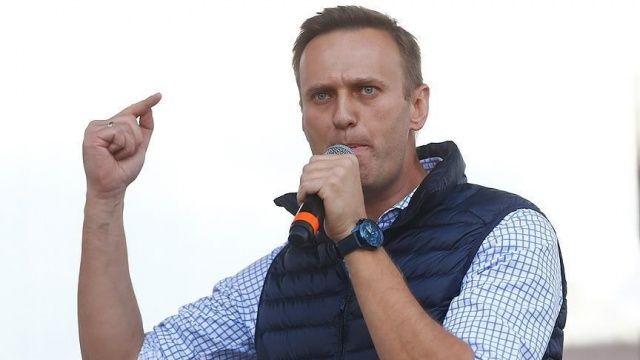 Moskova'ya dönüş yolundaki Rus muhalif Navalnıy'ı bekleyen destekçileri gözaltına alındı