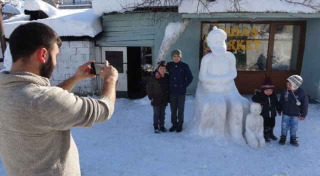 Nasreddin Hoca bu kez kardan figürüyle çocukların yüzünü güldürdü