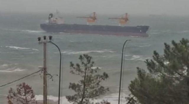 Riva açıklarında bir gemi karaya sürüklendi