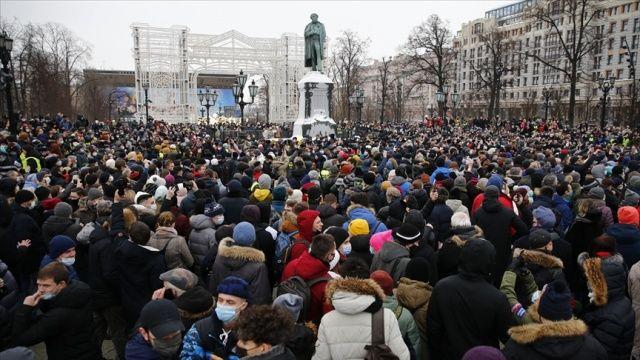 Rusya'da on binlerce kişi muhalif Navalnıy'ın tutuklanmasını protesto etti