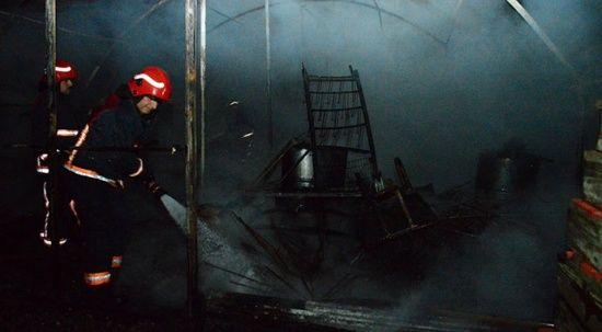 Sakarya'da plaj malzemelerinin bulunduğu depo yandı