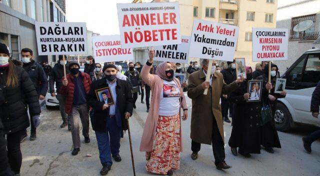 Anneler oturma eylemi başlattı: PKK'ya bir isyan bayrağı da Van'da açıldı