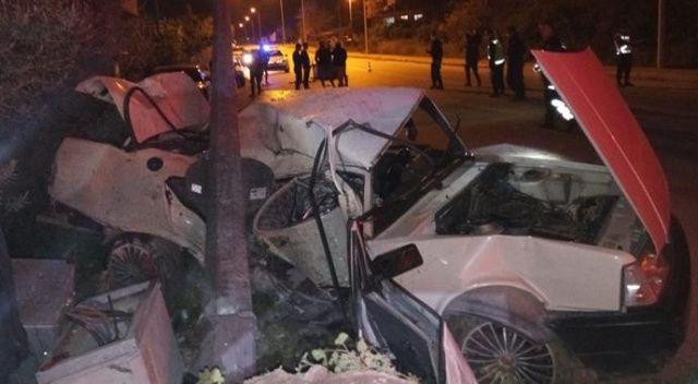 Antalya'da aydınlatma direğine çarpan otomobilin sürücüsü öldü