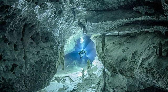 Cesur dalgıç su altı mağaralarındaki gizli güzelliği ortaya çıkardı