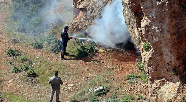 Falezlerdeki mağaradan çıkan siyah dumanlar itfaiye ve polisi alarma geçirdi