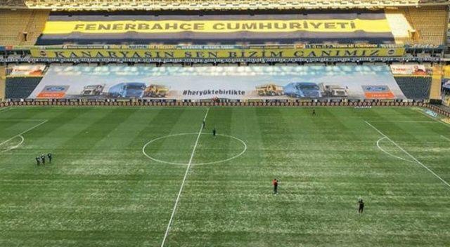 Fenerbahçe'de büyük ihmal! Yoğun kar yağışı sırasında çimlerin üzeri örtülmemiş
