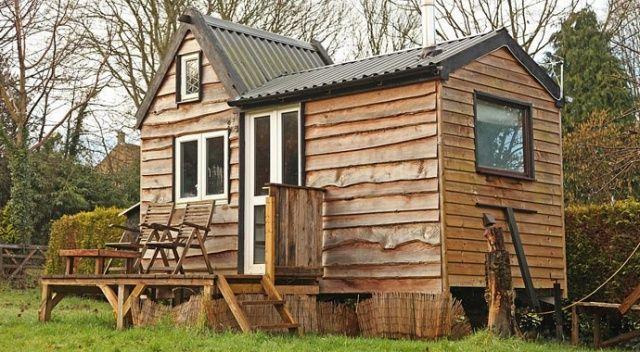 Genç marangoz bahçede kendisine tahtadan ev yaptı