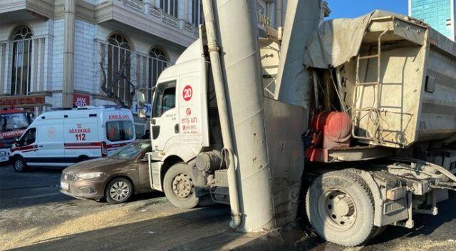 Hafriyat kamyonu iki araca çarptı, kısıtlama günü E-5 trafiği kilitlendi