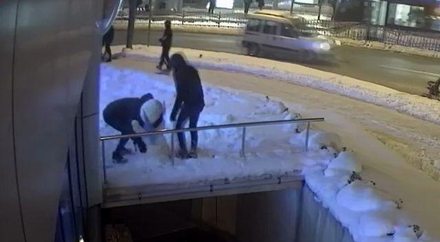Kocaeli'de 'kardan kadın'ın çaldılar