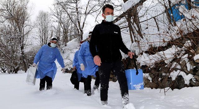 Sağlık ekibi karlı yolları aşarak aşı ulaştırdığı yaşlı çifti duygulandırdı