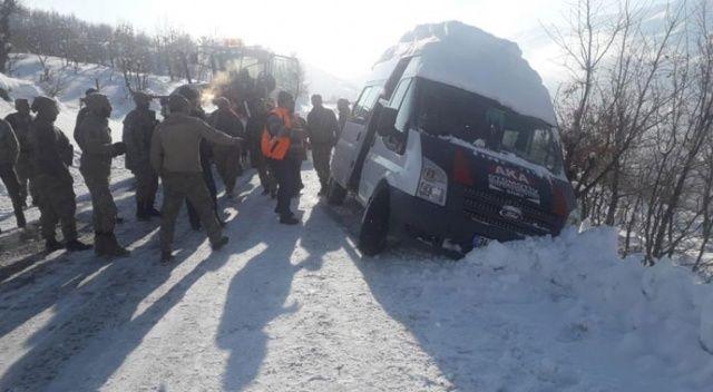 Siirt'te faciadan dönüldü: Güvenlik korucularını taşırken kayan araç, şarampol kenarında durdu