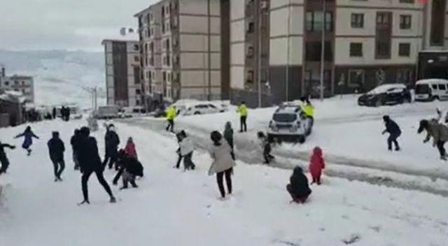 Şırnaklı çocuklar polislerle kartopu oynadı
