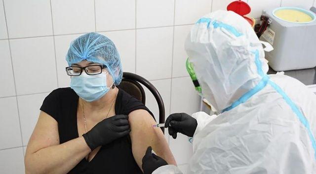 Ukrayna'da ilk Covid-19 aşısı bir doktora yapıldı