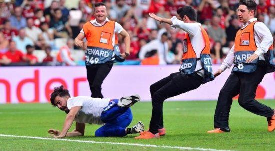 UEFA Süper Kupa final maçında sahaya atlayan Youtuber'a hapis cezası