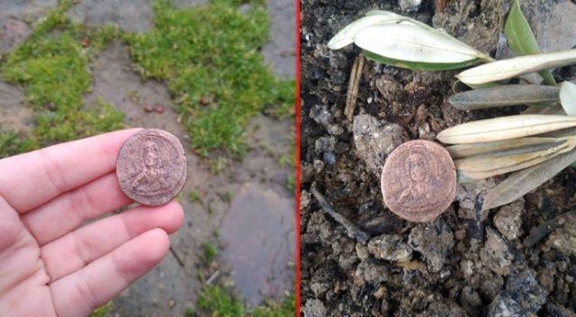 Ağaçları sularken 1500 yıllık para buldu