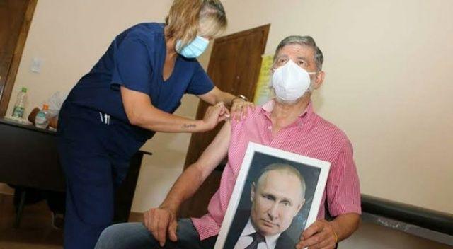 Arjantin'de ilginç görüntü! Belediye başkanı, elinde Putin portresiyle aşı oldu