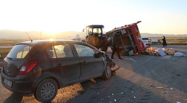 Elazığ'da otomobil gübre yüklü traktör römorkuna çarptı: 4 yaralı