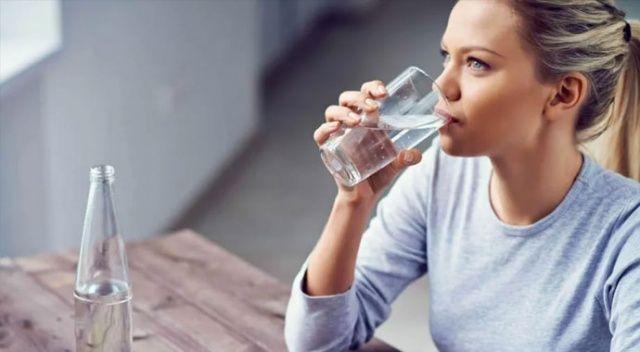 Erkekler günde 2,5 kadınlar 2 litre su içmeli