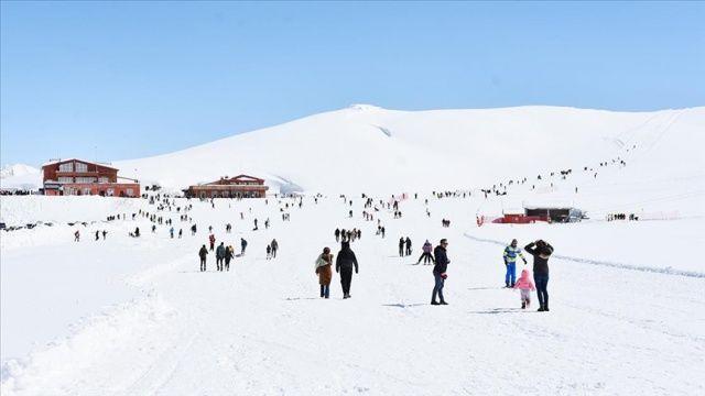 Hakkari'de 2 bin 800 rakımlı Merga Bütan Kayak Merkezi'nde hafta sonu yoğunluğu
