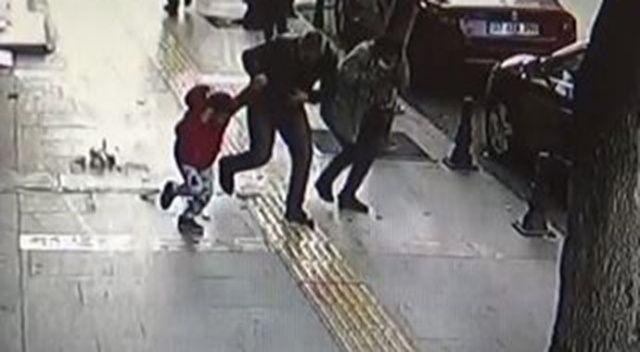 Kaldırımda yürüyen çocuğun başına beton parçası düştü