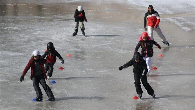 Kayak sporcusu çocuklar donan Ardıçlı Gölü'nde buz pateni keyfi yaptı