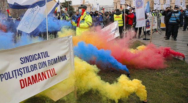 Romanya'da Covid-19 kısıtlamaları protesto edildi