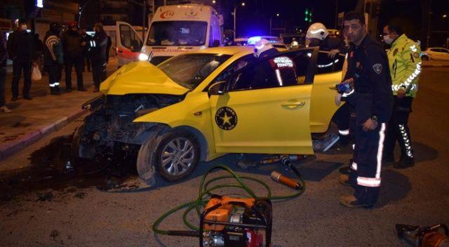Ticari taksi aydınlatma direğine çarptı araçta sıkışan sürücü feci şekilde öldü
