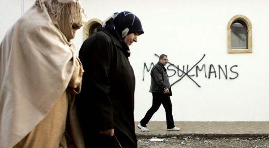 Avrupa'da başörtülü kadınlar sokakta gezemiyor