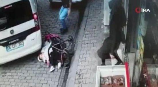 Bebek arabasının düştüğünü gören araç son anda durdu