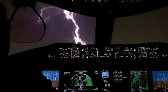 Havada panik! Fırtınalı havada inerken uçağın burnuna şimşek çarptı