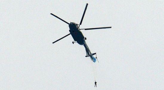 Paraşüt takıldı, Rus asker helikopterde asılı kaldı
