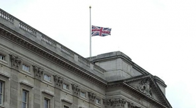 Buckingham Sarayı'nda bayraklar yarıya indirildi
