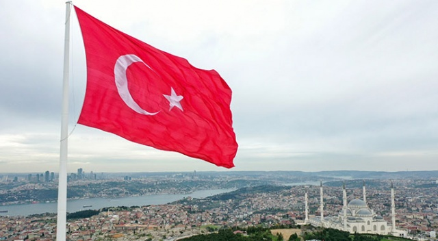 Çamlıca'da dev Türk bayrağı göndere çekildi