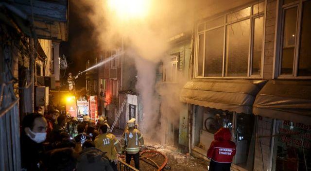 Fatih'te iki katlı ahşap binada korkutan yangın