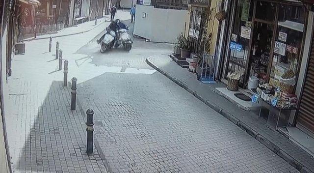 İki motosiklet böyle çarpıştı... Çarptığı sürücü acı içinde kıvranırken kaçtı