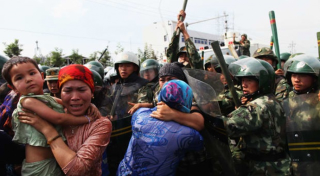 """İngiliz Parlamentosu, Çin'in Uygur Türklerine yönelik baskılarını """"soykırım"""" olarak tanıdı"""