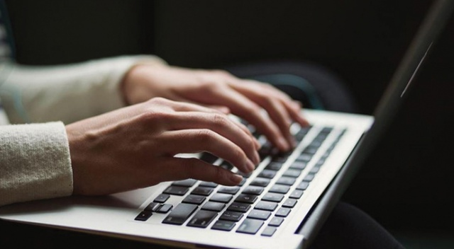 """İnternetteki yayın içeriği nedeniyle kişilik hakları ihlal edilenler """"unutulma hakkı""""nı kullanabilecek"""