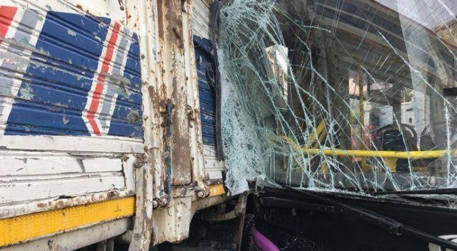 İstanbul'da faciadan dönüldü! Otobüs ile kamyon birbirine girdi