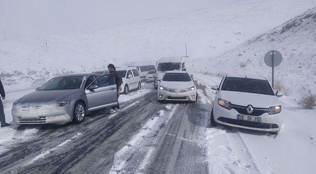 Kar yağışına hazırlıksız yakalanan onlarca araç mahsur kaldı